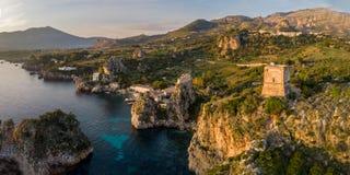 Panorama del faraglioni di Scopello y de la torre de Scopello en Sicilia, Italia imágenes de archivo libres de regalías