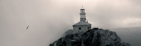 Panorama del faro nebbioso Fotografie Stock
