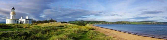 Panorama del faro y de la bahía escoceses Imagen de archivo