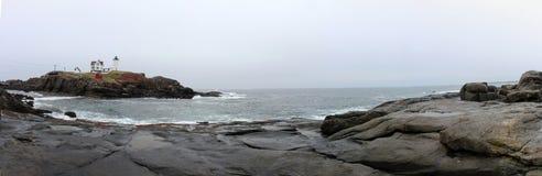 Panorama del faro y del océano Imagenes de archivo