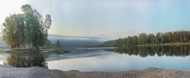 Panorama del fiume calmo con un'isola con gli alberi Immagini Stock Libere da Diritti