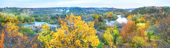Panorama del fiume della montagna con le alte banche Immagine Stock Libera da Diritti