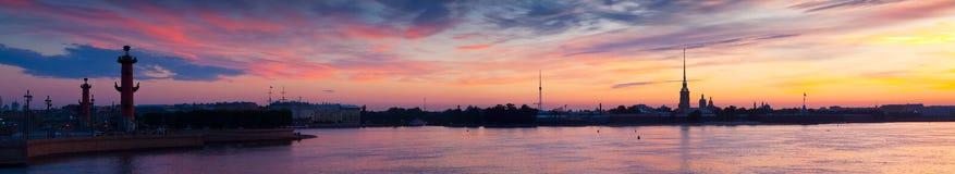 Panorama del fiume di Neva nell'alba. San Pietroburgo Fotografie Stock