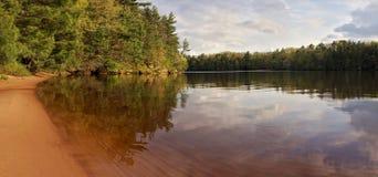 Panorama del fiume di Wisconsin il giorno di estate calmo Immagine Stock