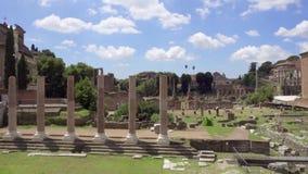 Panorama del foro antiguo Romanum de las ruinas en la cámara lenta Foro romano en el centro de la ciudad de Roma, Italia almacen de metraje de vídeo