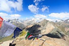Panorama del ghiacciaio della montagna con la sommità Grossvenediger e la bandiera di preghiera, alpi di Hohe Tauern, Austria Immagine Stock Libera da Diritti