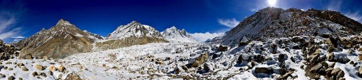 Panorama del ghiacciaio di Gangotri con i picchi di Bhagirathi Fotografia Stock