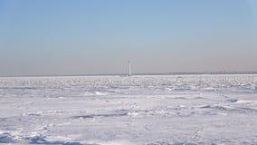 Panorama del golfo de Finlandia congelado cerca de Kronstadt Rusia metrajes