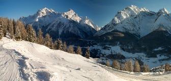 Panorama del gruppo della montagna di Sesvenna nell'inverno Fotografia Stock