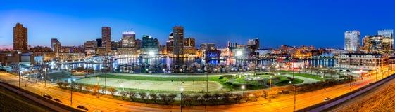 Panorama del horizonte de Baltimore en la oscuridad Imagen de archivo libre de regalías