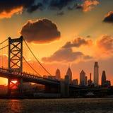 Panorama del horizonte, de Ben Franklin Bridge y de Penn de Philadelphia Imagen de archivo libre de regalías