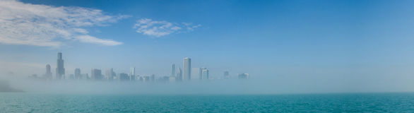 Panorama del horizonte de Chicago con los rascacielos sobre el ingenio del lago Michigan fotos de archivo