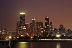 Panorama del horizonte de Chicago en la oscuridad foto de archivo libre de regalías