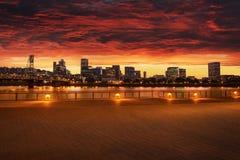 Panorama del horizonte de la ciudad de Portland, Oregon con el puente de Hawthorne imagen de archivo libre de regalías
