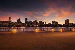 Panorama del horizonte de la ciudad de Portland, Oregon con el puente de Hawthorne Foto de archivo