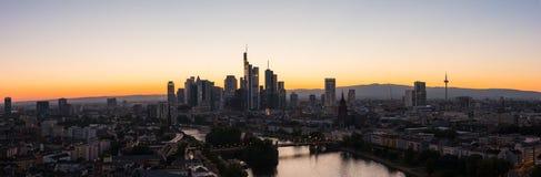 Panorama del horizonte de la ciudad de Francfort en la silueta de la puesta del sol Imagen de archivo libre de regalías