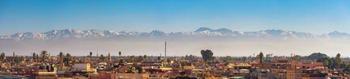 Panorama del horizonte de la ciudad de Marrakesh con las montañas de atlas en el fondo fotografía de archivo