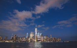 Panorama del horizonte de Manhattan con las luces fotografía de archivo libre de regalías
