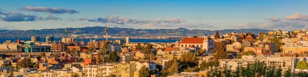 Panorama del horizonte de San Francisco de la colina de Potrero hacia la misión Fotografía de archivo libre de regalías