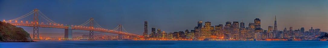 Panorama del horizonte de San Francisco en la oscuridad Foto de archivo libre de regalías