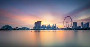 Panorama del horizonte de Singapur en la puesta del sol imagenes de archivo