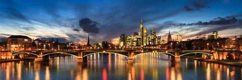 Panorama del horizonte Frankfurt-am-Main en el crepúsculo Fotos de archivo libres de regalías