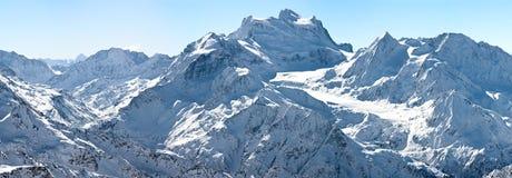 Panorama del invierno de altas montañas alpinas Imagen de archivo libre de regalías
