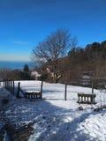 Panorama del invierno de la montaña nuevamente coronada de nieve de Apennines estación comenzada Esquí imágenes de archivo libres de regalías