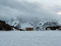 Panorama del invierno de las dolomías italianas del lago congelado Misurina imagen de archivo libre de regalías