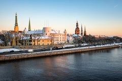 Panorama del invierno de Riga vieja por la tarde Imagen de archivo libre de regalías