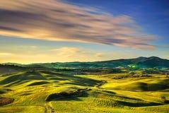 Panorama del invierno de Volterra, Rolling Hills y campos verdes en los soles imagen de archivo