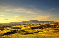 Panorama del invierno de Volterra, Rolling Hills y campos verdes en los soles fotografía de archivo