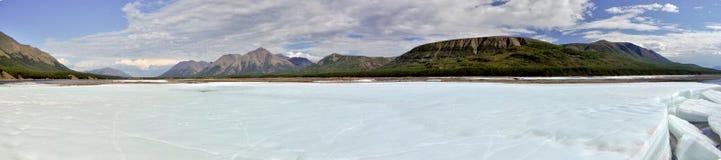 Panorama del julio del hielo-campo en el río Imagen de archivo
