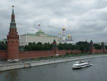 Panorama del Kremlin con el palacio grande del Kremlin Foto de archivo libre de regalías