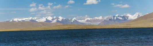 Panorama del lago alpino en las montañas de TIen Shan Imagen de archivo