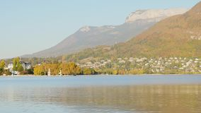 Panorama del lago annecy stock footage