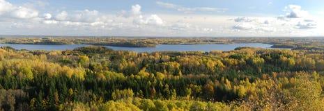 Panorama del lago in autunno Immagini Stock Libere da Diritti