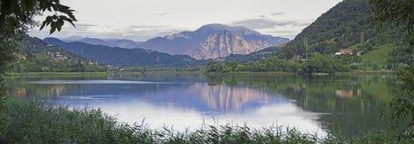 Panorama del lago Beuaitful nel lovere del nord dell'Italia Fotografie Stock