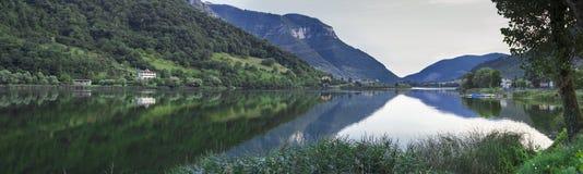 Panorama del lago Beuaitful nel lovere del nord dell'Italia Immagini Stock Libere da Diritti