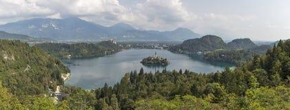 Panorama del lago Bled, del castello medievale e delle alpi in Slovenia Fotografia Stock