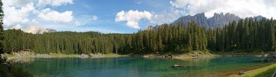 Panorama del lago Carezza Fotografia Stock Libera da Diritti