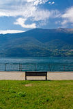 Panorama del lago Como e delle alpi con il banco Fotografia Stock