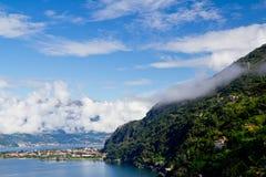 Panorama del lago Como y de las montan@as, Italia Foto de archivo libre de regalías