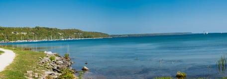 Panorama del lago con gli yacht sulla banchina Immagini Stock Libere da Diritti