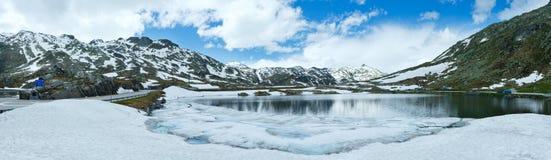 Panorama del lago de la montaña de las montañas de la primavera (Suiza) Fotografía de archivo libre de regalías