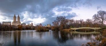 Panorama del lago, del ponte dell'arco e delle costruzioni in Central Park - New York, U.S.A. Fotografie Stock Libere da Diritti