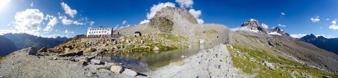 Panorama del lago della montagna vicino alla capanna del rifugio di Vittorio Emanuele II sulla spedizione a Gran Paradiso Fotografia Stock Libera da Diritti