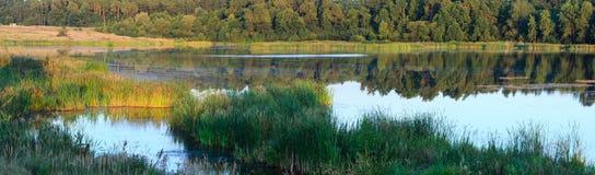 Panorama del lago di estate di sera Fotografia Stock