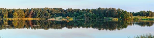 Panorama del lago di estate di sera Fotografia Stock Libera da Diritti