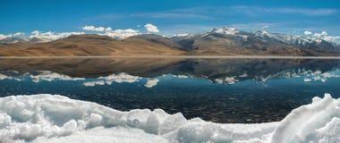 Panorama del lago di moriri di TSO nel leh, ladakh India Fotografie Stock Libere da Diritti